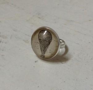 anello in metallo vetro e carta antica